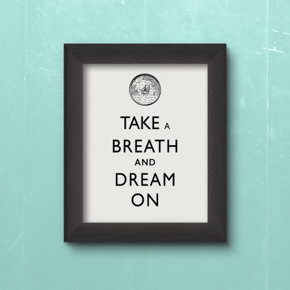 Typogestaltung mit den Worten Take a breath and dream on mit dazugehöriger Grafik.
