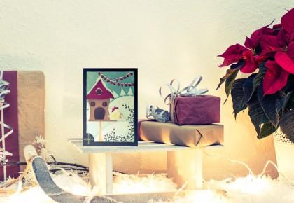 Weihnachtskarte mit der Illustration eines kleinen Vogels in weihnachtlicher Umgebung .