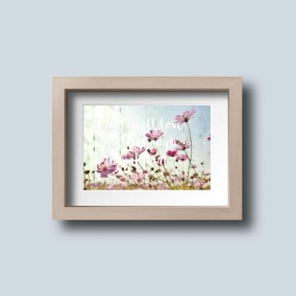 Komposition auch Holztextur und zarten rosa Blüten mit einem Text