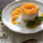 Käsesahnetörtchen mit Mandarinen auf luftigem Biskuitboden