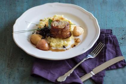 Zartes Schweinefilet ummantelt mit Rohschinken. Serviert auf butterigem Kartoffelstampf mit süß-scharfen Weinbergpfirsichen
